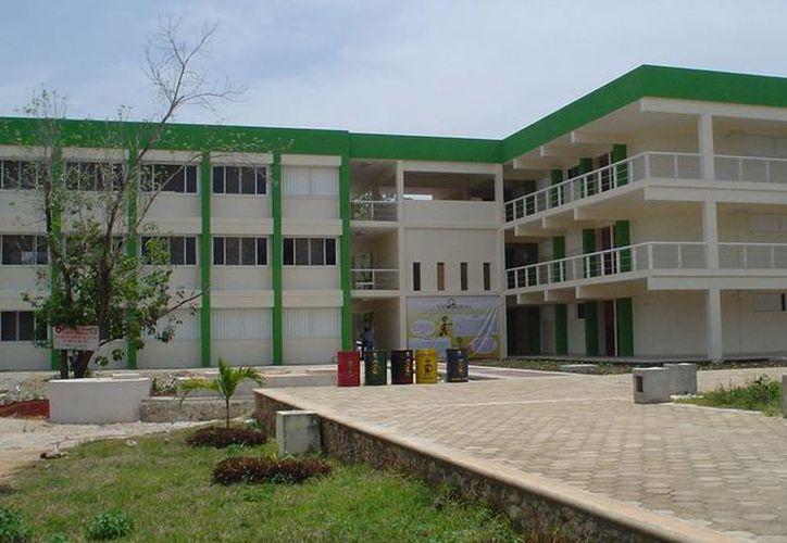 La Universidad Intercultural Maya de Quintana Roo rechaza más de 100 aspirantes al año, ya que sólo tiene capacidad para atender a 600 jóvenes. (Harold Alcocer/SIPSE)