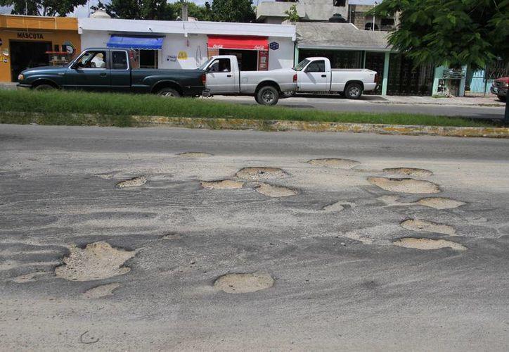 Los baches provocan no sólo mala imagen, sino que deterioran los vehículos. (Tomás Álvarez/SIPSE)