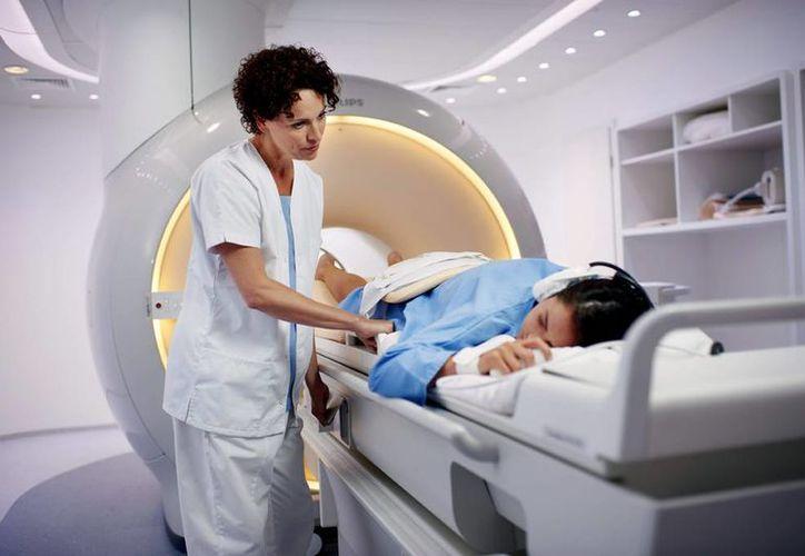 Fotografía facilitada por el hospital universitario de Utrecht (UMC), donde se ha aplicado por primera vez en el mundo el ultrasonido en pacientes con cáncer de mama usando una avanzada tecnología de resonancia magnética (MRI) que permite visualizar con gran precisión el tumor mientras se produce el tratamiento. (EFE)