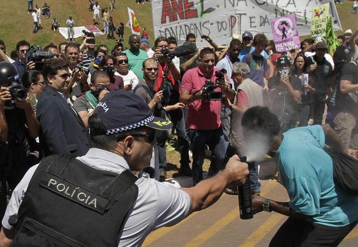 Policías usan gas pimienta contra manifestantes. (Agencias)