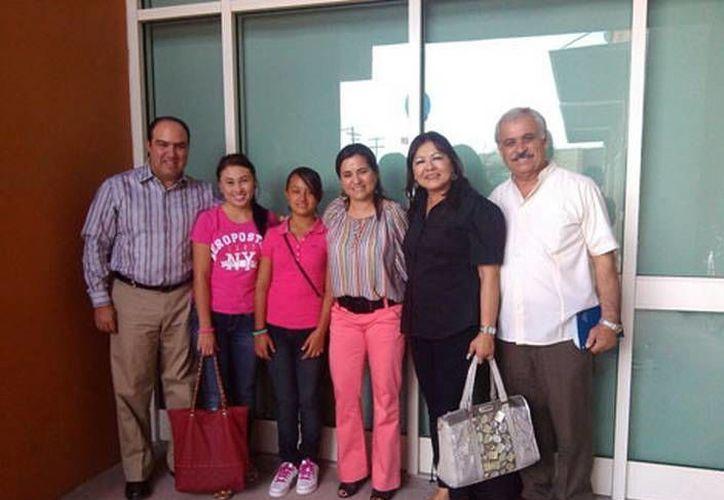 Paola Loyola (c)  viajó al DF acompañada de su hermana Guillermina, quien dijo que era la primera vez que se subía a un avión. (César Peralta/MILENIO)