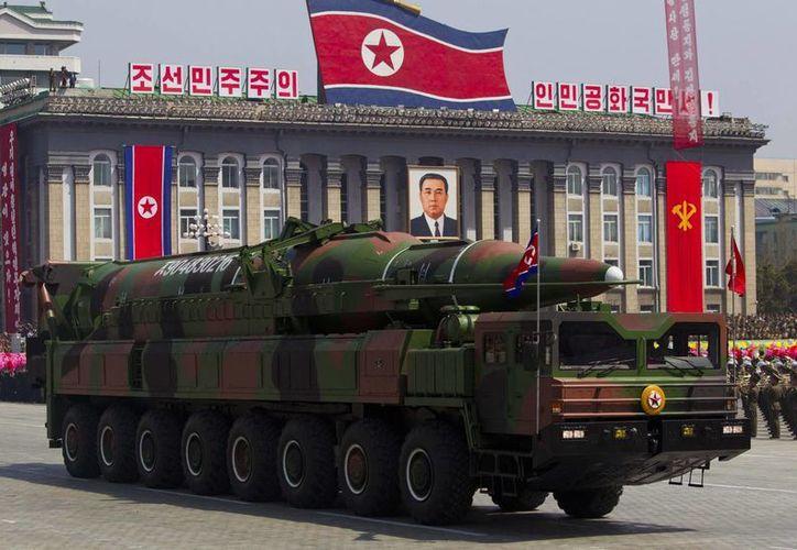 Imagen del 15 de abril 2012 donde se muestra a un vehículo de Corea del Norte llevando un misil durante un desfile militar. (Agencias)