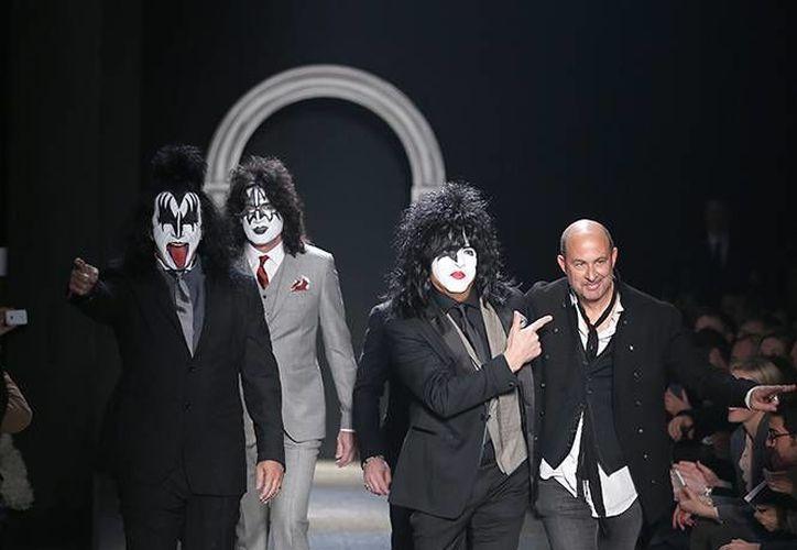 Gene Simmons muestra la lengua mientras el grupo recorre la pasarela del diseñador John Varvatos. (Agencias)