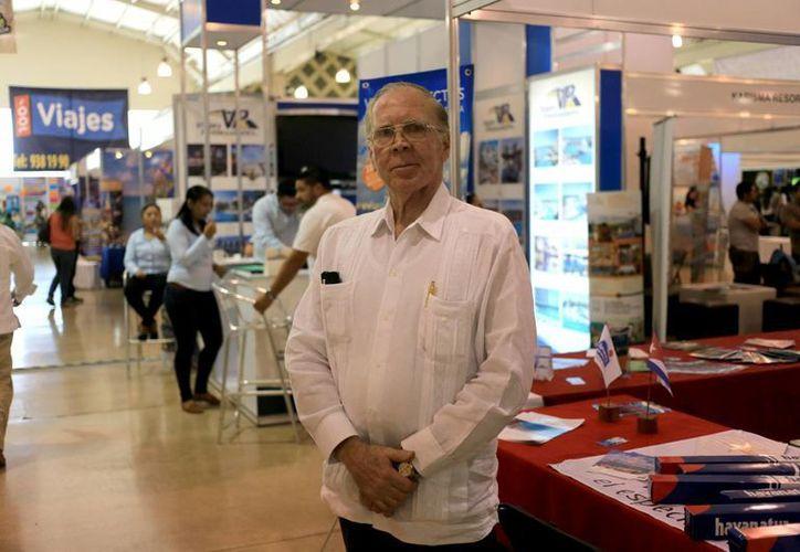 Mario Jorge García Cecilia, cónsul general de Cuba en Mérida, ayer durante la Expo Viaje en el Siglo XXI. (Milenio Novedades)