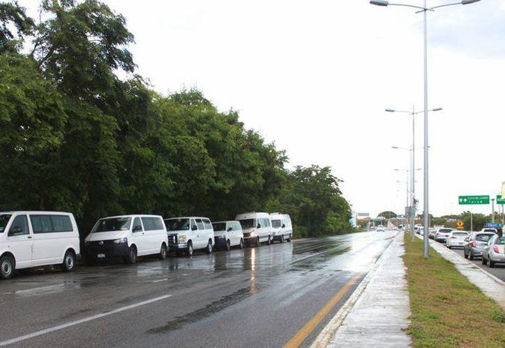 Los choferes esperan a ser llamados para trasladar a turistas. (Luis Soto/SIPSE)