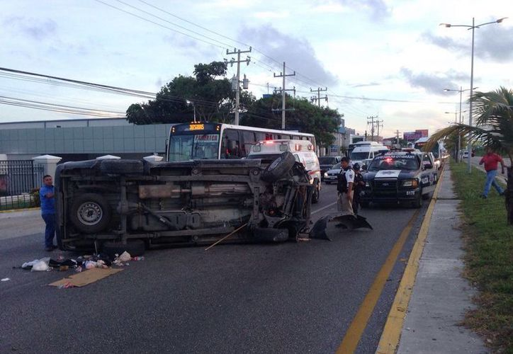 La camioneta se seguridad privada se volcó en la carretera. (Redacción/SIPSE)