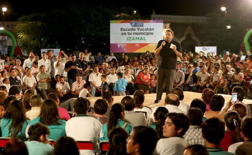 El secretario de Gobierno, Roberto Rodríguez Asaf, en Izamal al dar a conocer la instalación del programa Escudo Yucatán. (Foto cortesía del Gobierno estatal)