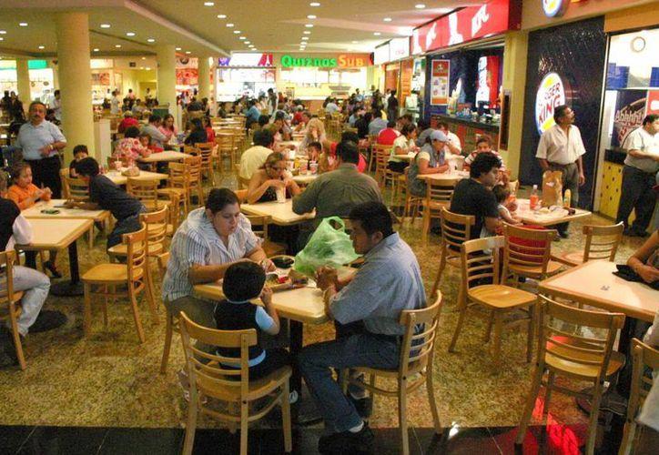 El crecimiento de la mancha urbana requiere servicios cerca de los hogares y las miniplazas ofrecen todo en un mismo lugar. Imagen del área de restaurantes de una plaza comercial. (Milenio Novedades)