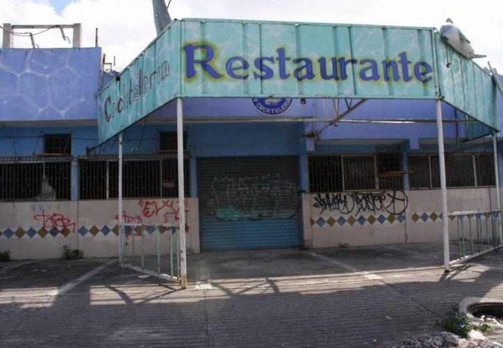 Sobre la avenida 20 de Noviembre se pueden ver decenas de negocios cerrados. (Juan Estrada/SIPSE)