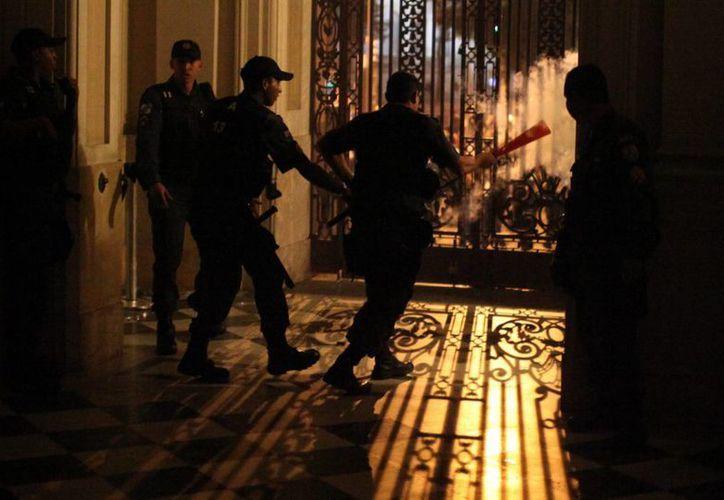 """Los agentes responsables por la llamada operación """"Ave de Rapiña"""" también realizaron 32 allanamientos en las viviendas de los acusados y en algunas oficinas. (Archivo/EFE)"""