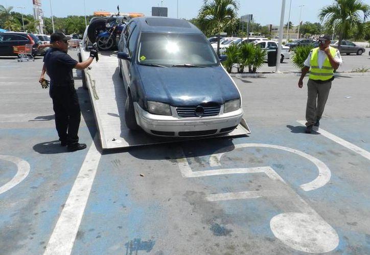 Las modificaciones al reglamento buscan que quien no respete un cajón para discapacitados se haga acreedor a una multa, además del corralón para su vehículo. (Imagen ilustrativa/SIPSE)