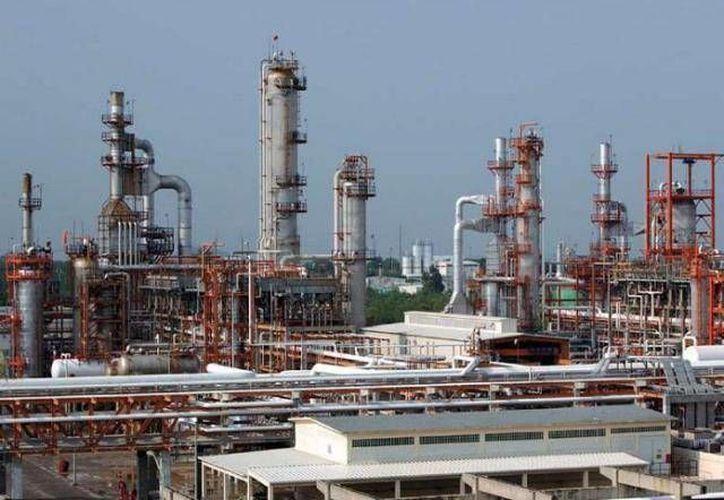 Funcionarios de Sener y Hacienda también dieron a conocer a empresarios los campos para exploración y extracción de hidrocarburos que se licitarán. (Foto de archivo de SIPSE)