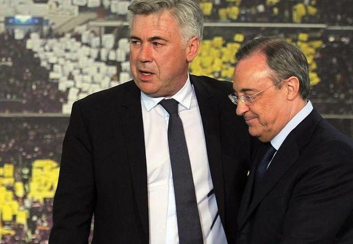 Carlo Ancelotti (izq. conquistó la Champions league, la Supercopa de Europa y el Mundial de Clubes con el conjunto merengue, la temporada pasada. La desastrosa campaña de 2015 'le arrebató' el control del equipo. (AP)