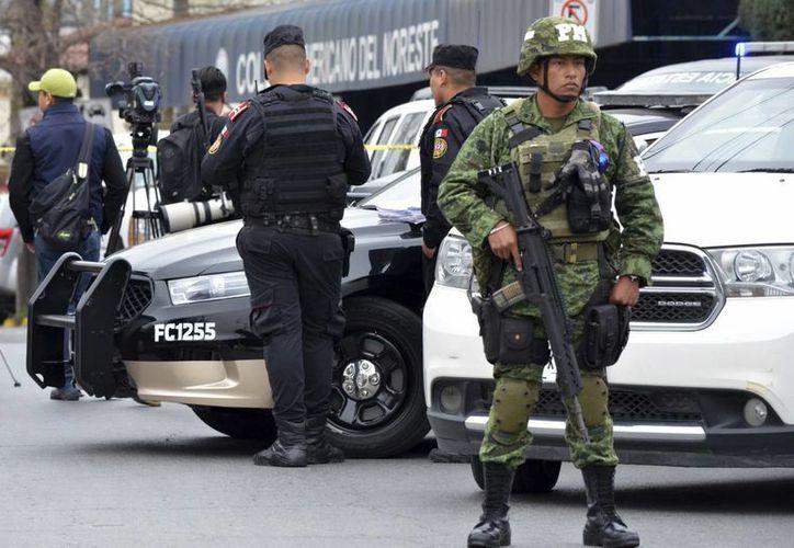 Ayer por la mañana fue cuando se registró un tiroteo en el Colegio Americano del Norte, hasta donde llegaron elementos del Ejército y de la policía. (AP/Emilio Vazquez)