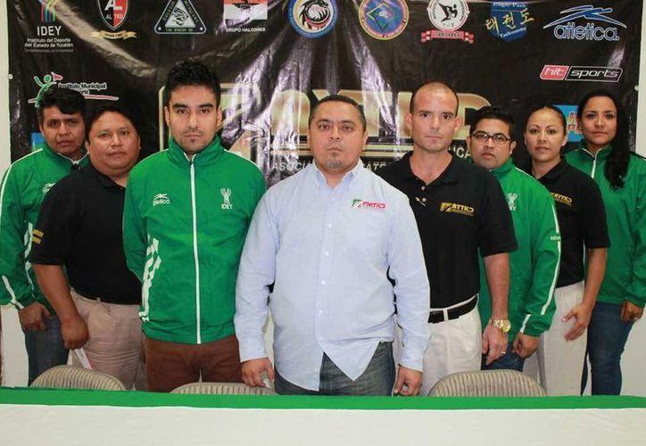 Presentación del entrenador Lezmar Fierro (tercero de la izquierda) como nuevo entrenador en jefe de la selección local. (Milenio Novedades)