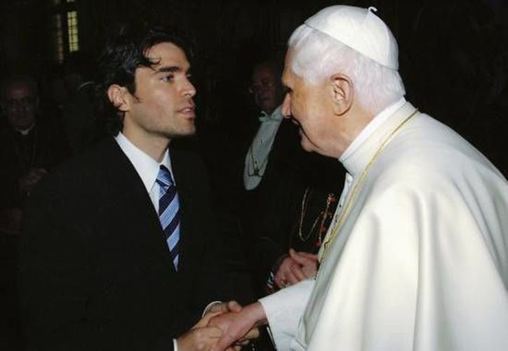 Verástegui cada año se reúne con el sumo pontífice. En la foto saluda a Benedicto XVI.  (www.eduardoverastegui.com.ar/Archivo)