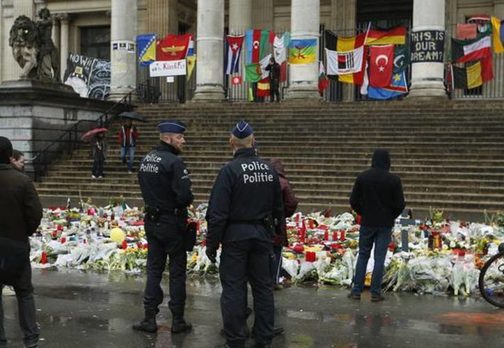 Bélgica sigue de luto mientras la autoridad intenta desmantelar células terroristas que siguen presentes en el país, las cuales se cree están ligadas a los atentados del 13 de noviembre en la capital francesa. (AP)