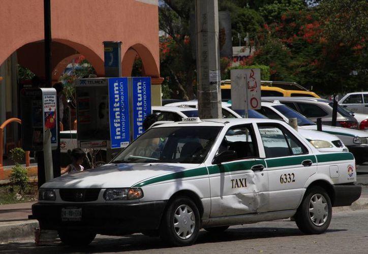 Notifican a los dueños de los taxis con pequeños daños. (Tomás Álvarez/SIPSE)