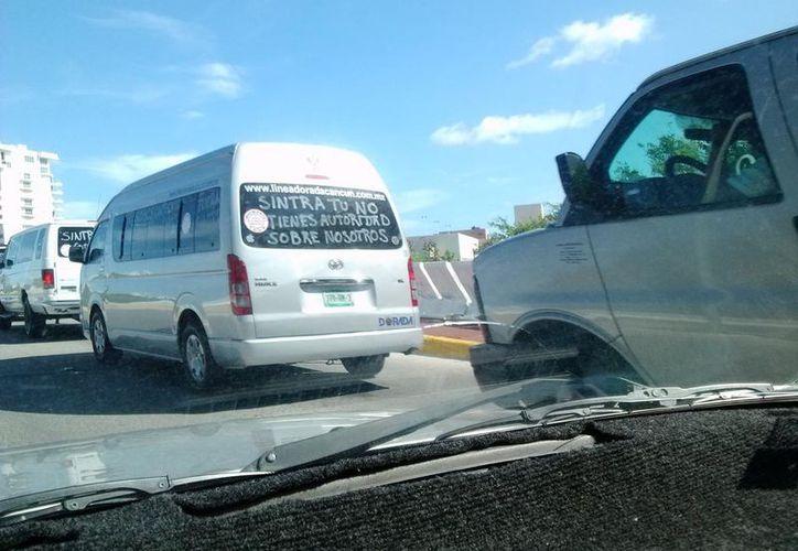 Imagen de la caravana realizada por los transportistas en la zona hotelra. (Twitter:@Utophyan)