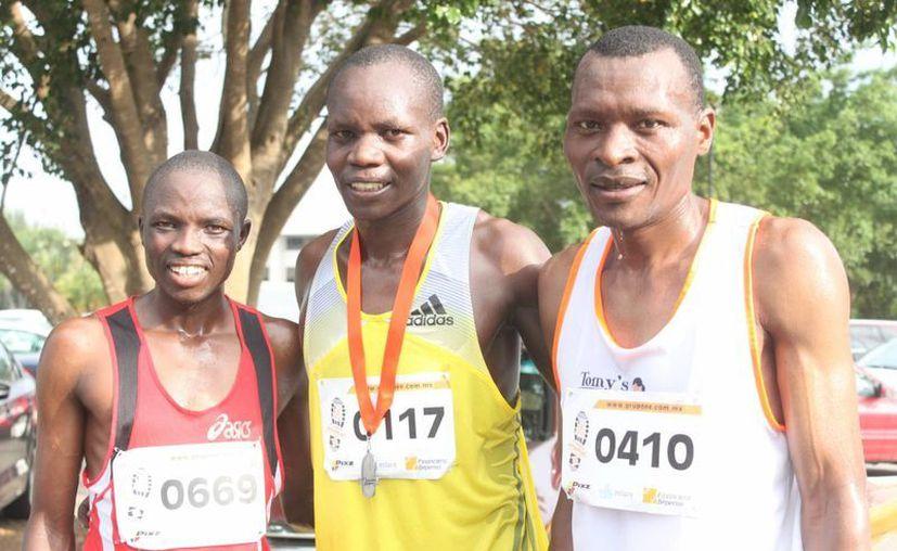 Los kenianos Stephen Mbari y Erick Mose hicieron el 1-2 seguidos de Roberto Saavedra Zárate en la carrera atlética. (Milenio Novedades)