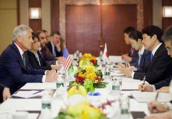 El secretario de Defensa de EEUU, Chuck Hagel (izq), escucha a su homólogo japonés, Itsunori Onodera, en una reunión en Singapur. (Reuters)
