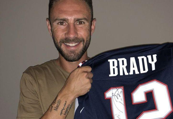 Miguel Layún presumió en Twitter el jersey autografiado por el mariscal de campo de los Patriotas de Nueva Inglaterra, Tom Brady. (Twitter)
