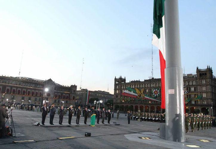 El presidente Enrique Peña Nieto encabezó el izamiento de la Bandera en el Zócalo en recuerdo de las aproximadamente 10 mil personas que fallecieron en el sismo de 1985. (Notimex)
