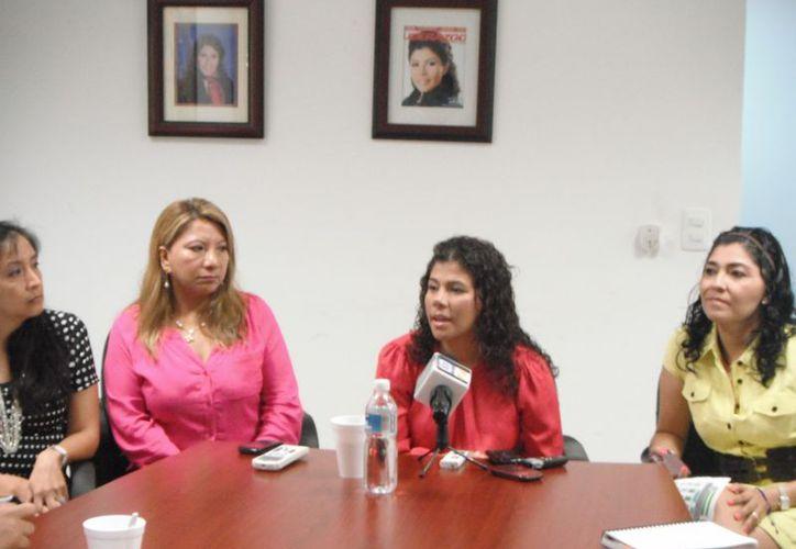 Leslie Hendricks Rubio, presidenta de Ammje (al micrófono), destacó el papel de las microempresas al aportar la mayoría de los empleos en el país. (Redacción/SIPSE)