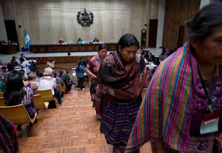 Un grupo de mujeres indígenas abandona el tribunal donde se juzga a un militar y un exparamilitar, por la violación de mujeres durante la guerra interna de Guatemala, el pasado 1 de abril, primer día del juicio. (Foto AP)