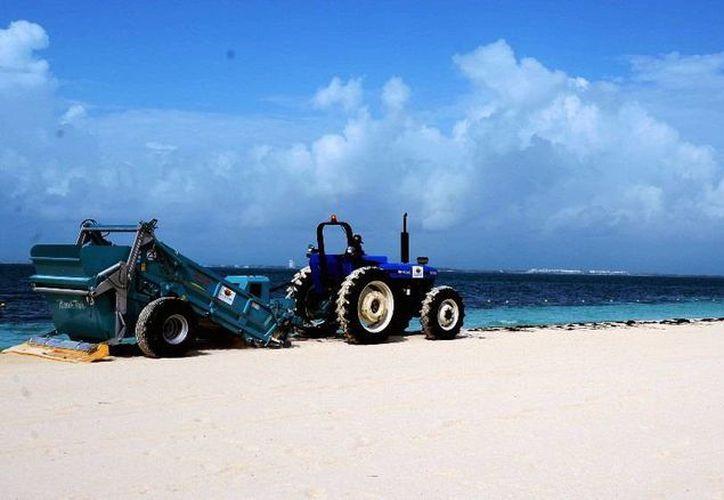 El Ayuntamiento contrato los servicios de una barredora mecánica con sistema de cribado de arena. (Redacción/SIPSE)