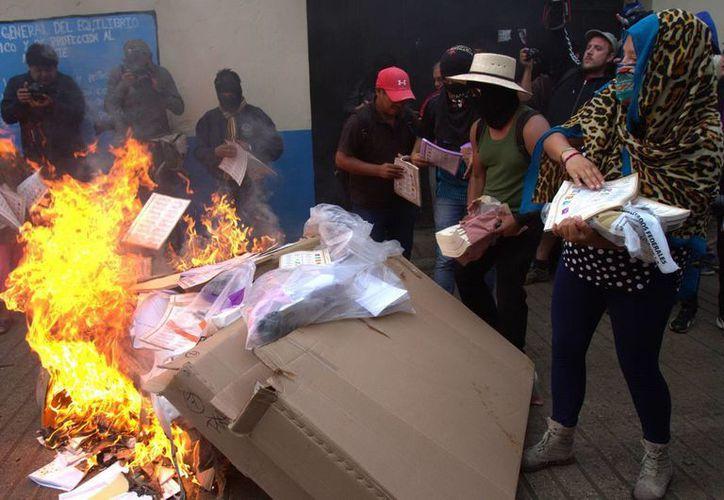 Las elecciones para elegir presidente municipal en Tixtla, Guerrero, quedaron anuladas luego del robo y quema de casillas. (Notimex)