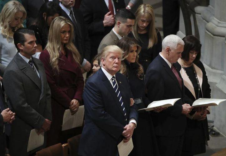 El presidente Donald Trump mira hacia el balcón durante un servicio nacional de oración en el National Catedral, en Washington. (AP/Manuel Balce Ceneta)