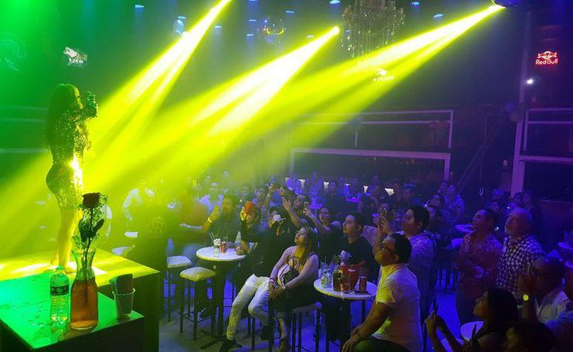 Myriam Montemayor se presentó en el escenario del Club Roma by Coliseo. (Jocelyn Díaz/SIPSE)