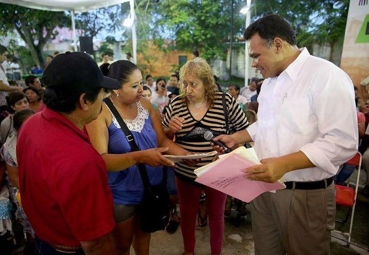 El Gobernador se reunió con profesores y padres de familia de los jardines de niños 'Reino infantil', 'Miguel Hidalgo y Costilla' y 'Julia Martín Alonso' de Chuburná, en el marco de los 'Diálogos con el Gobernador'. (Cortesía)