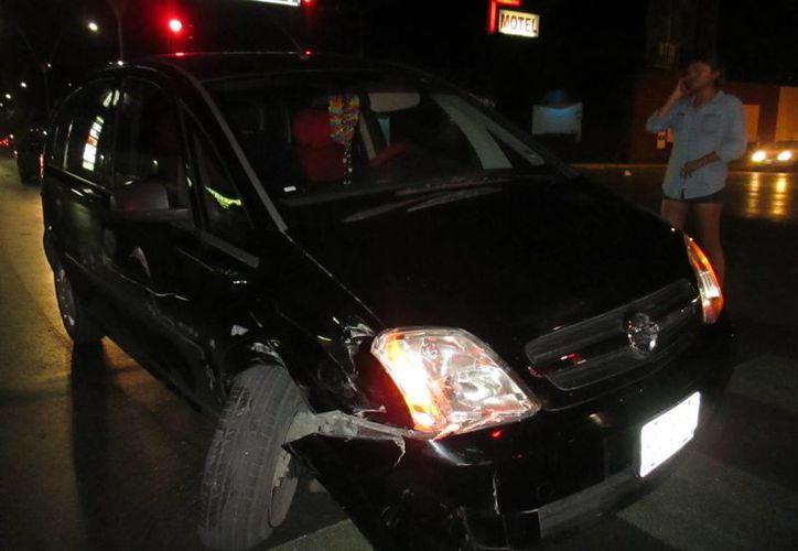 La camioneta Chevrolet Meriva con engomado de Yucatán YZC-37-50, resultó con mayores afectaciones por el choque. (Redacción/SIPSE)