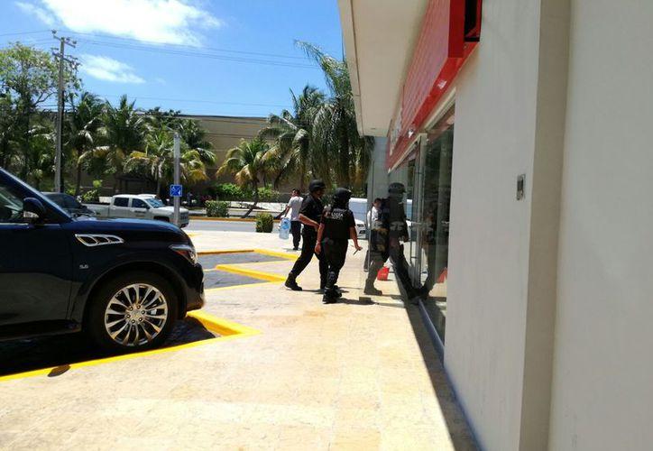 Dos escoltas de un empresario causaron pánico en un banco. (Redacción/SIPSE).