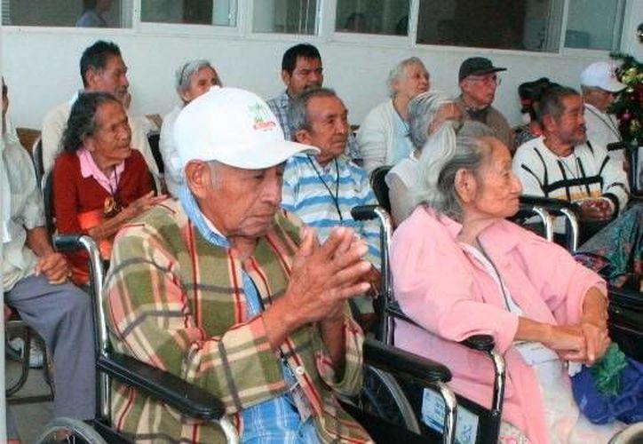 Las personas de la tercera edad sufren el abandono de sus familiares, en algunos casos. (Milenio Novedades)