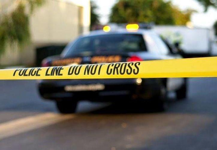 Policías intercambiaron disparos con un individuo que disparó contra un agente, el agresor resultó lesionado y fue llevado a un hospital local. (orlandosentinel.com)