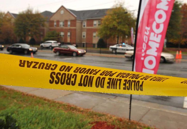 En imagen, una zona cercana a los dormitorios del campus de la Universidad Estatal de Winston-Salem, en Carolina del Norte, donde este domingo se registró un tiroteo que dejó como saldo un estudiante muerto. Las autoridades están en busca del agresor. (AP)