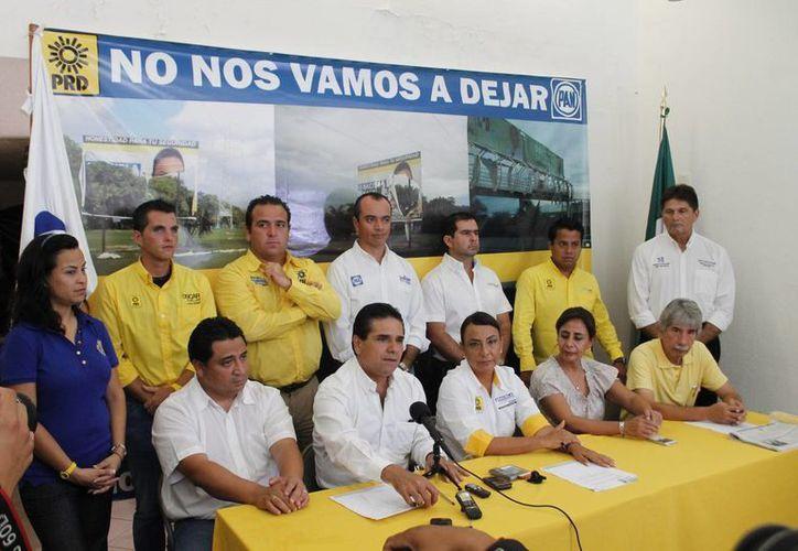 Silvano Aureoles Conejo, diputado perredista y la senadora panista Luisa María Calderón Hinojosa, acompañaron a Graciela Saldaña. (Jesús Tijerina/SIPSE)
