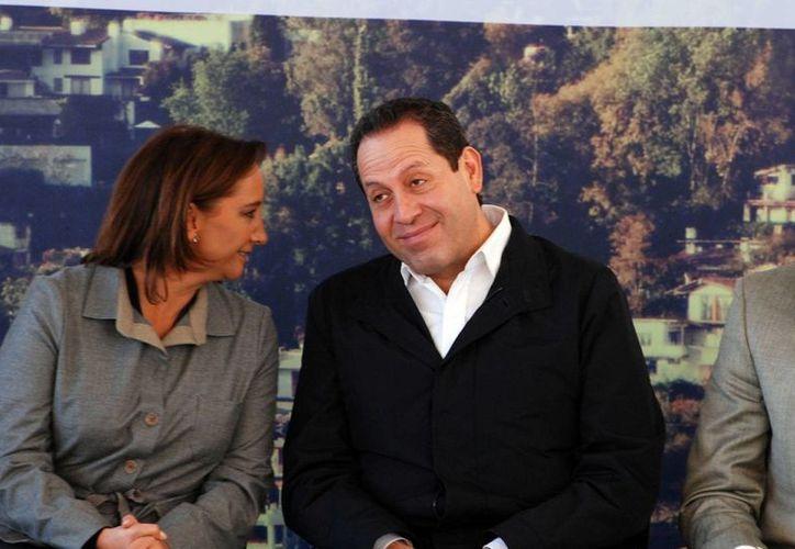 Eruviel Ávila, quien aquí aparece con Claudia Ruiz Massieu (secretaria de Turismo) es uno de los tres gobernadores que incumplió con las medidas cautelares dictadas por el INE para las pasadas elecciones. (Archivo/Notimex)