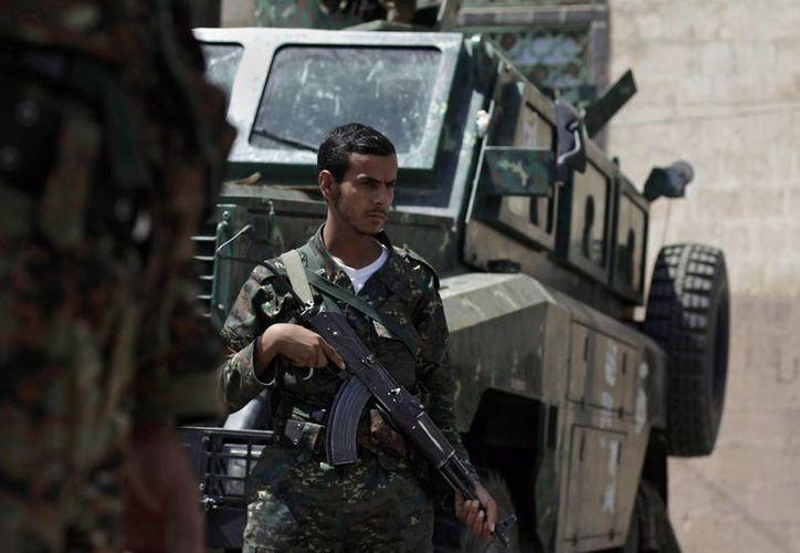 Soldados yemenís resguardan un puesto de control cercano a la embajada británica en Sanaa, Yemen. (Agencias/Foto de contexto)