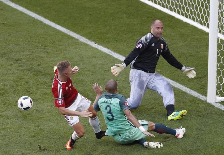 El húngaro Gabor Kiraly es el único jugador de la Eurocopa que tiene 40 años de edad, y el único portero que usa pants. (AP)