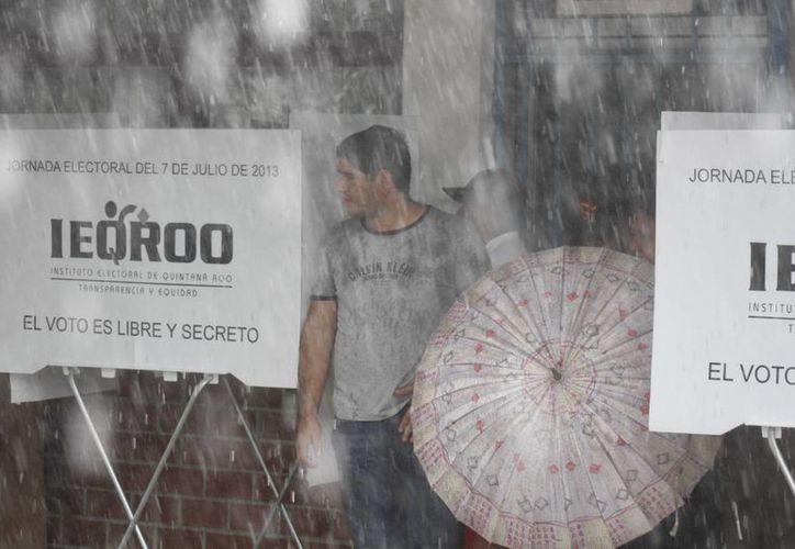 En Playa del Carmen, al igual que en Akumal, ni la lluvia frena las elecciones. (Israel Leal/SIPSE)