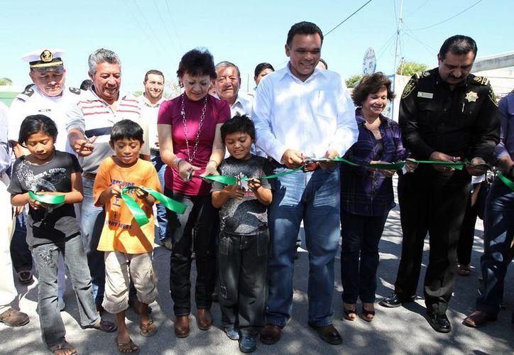 En El Cuyo fueron inauguradas obras de pavimentación y construcción de banquetas. (Cortesía)