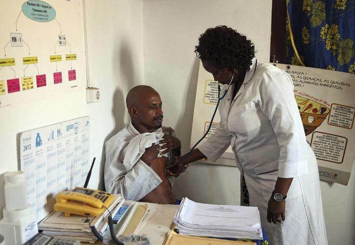 Los trabajadores sanitarios que atienden pacientes con ébola corren graves riesgos de contagio. (Archivo/SIPSE)