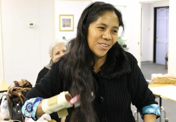 Rosa Moreno recibió la ayuda de dos empleadas bancarias de Ohio, que reunieron el dinero para costear sus prótesis. (Notimex)