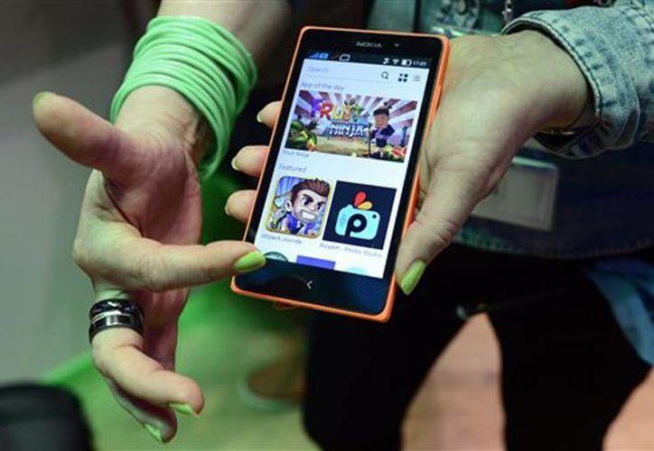 Una mujer muestra el nuevo Nokia XL en el Mobile World Congress, la conferencia de telefonía celular más grande del mundo en Barcelona, España. (Agencias)