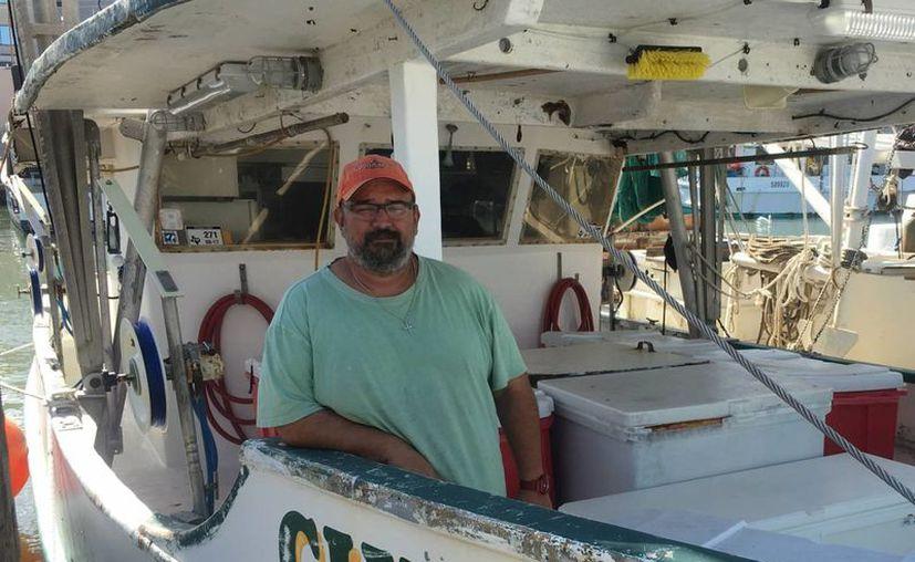 Bill 'Bubba' Cochrane, quien posa en su barco en el puerto de Galveston, asegura que entiende por qué los pescadores mexicanos cruzan sin autorización. (P. X. S.)
