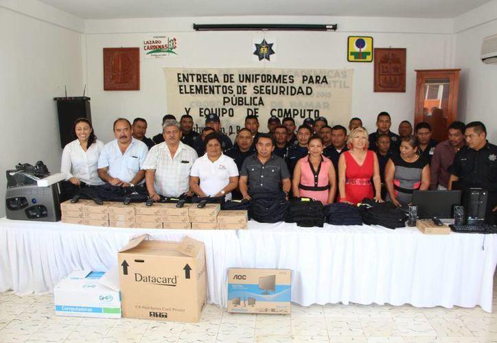 El alcalde y autoridades municipales realizaron la entrega de equipo. (Raúl Balam/SIPSE)